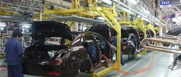 Mercedes ersätter robotar med människor